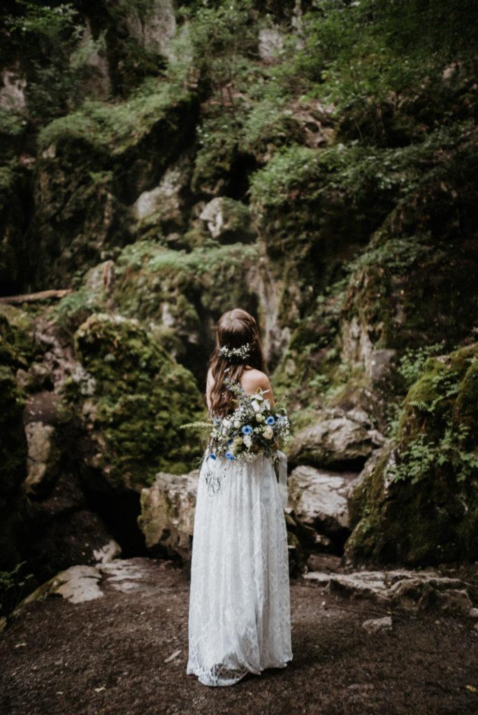 Lesní svatba v šatech od Tymomenty